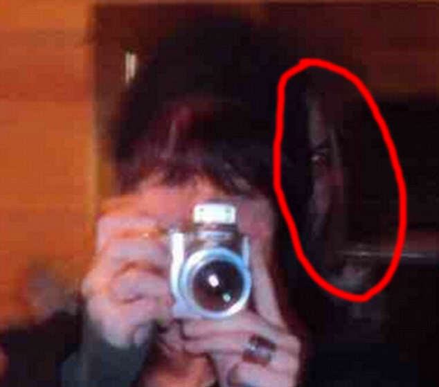 Demon Face In Womans Photo Goes Viral, Leaves Internet Terrified 3