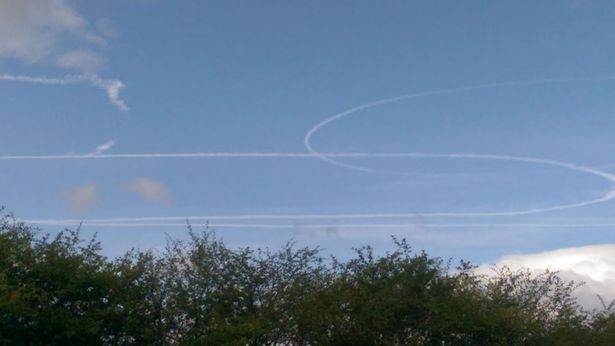 Strange Aircraft Stuns Onlookers After Leaving Weird Vapour Trail Mystery vapour trails 1