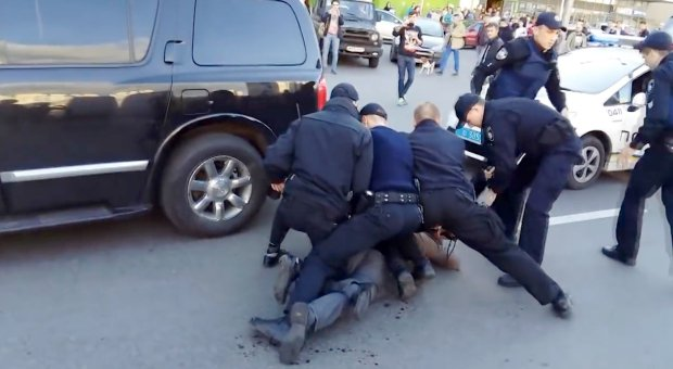 Former Wrestling Champ Fights Off Seven Police Officers In Epic Street Brawl ad 204504396
