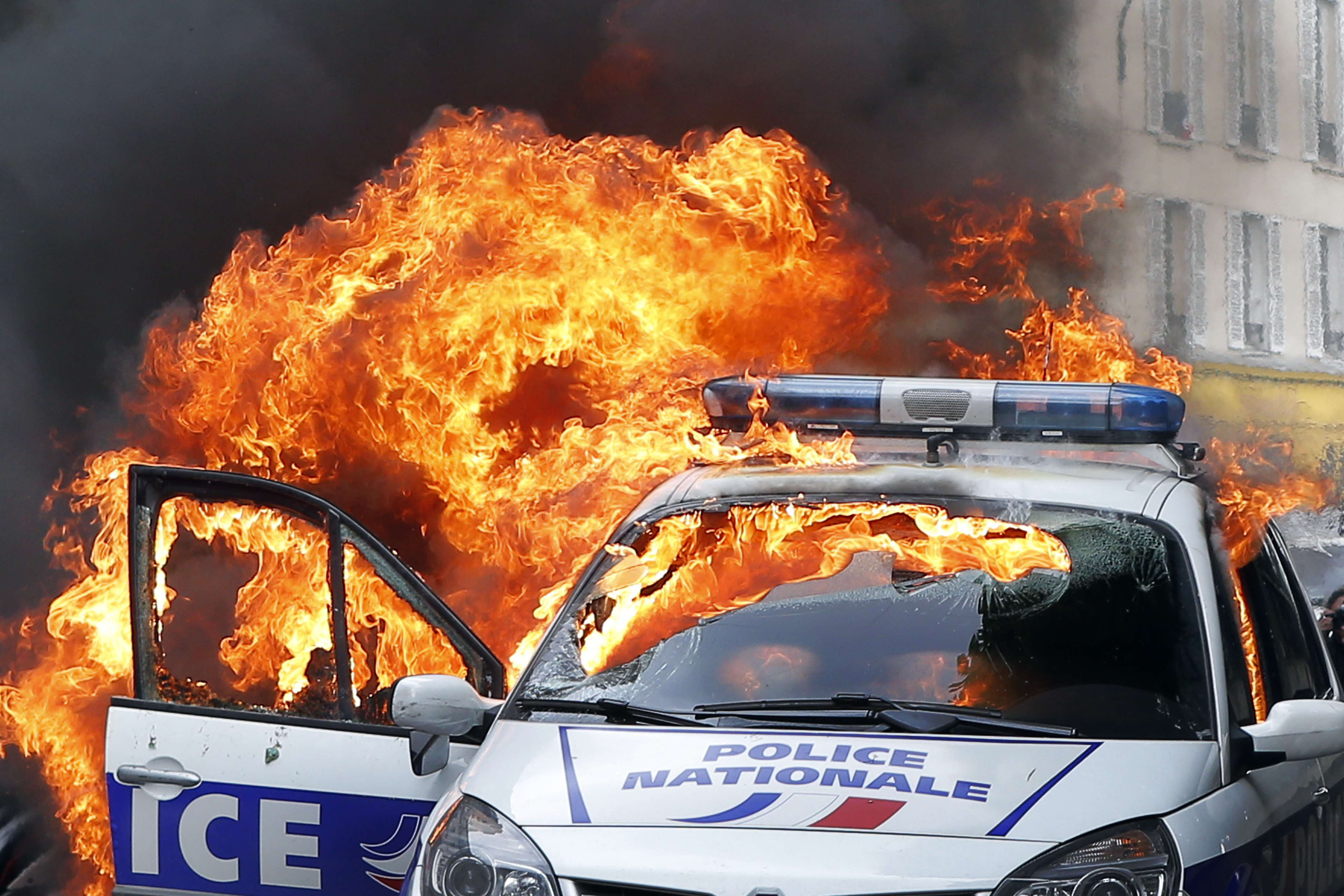 Dramatic Footage Shows Mob Torching Police Car With Officers Inside carfire1