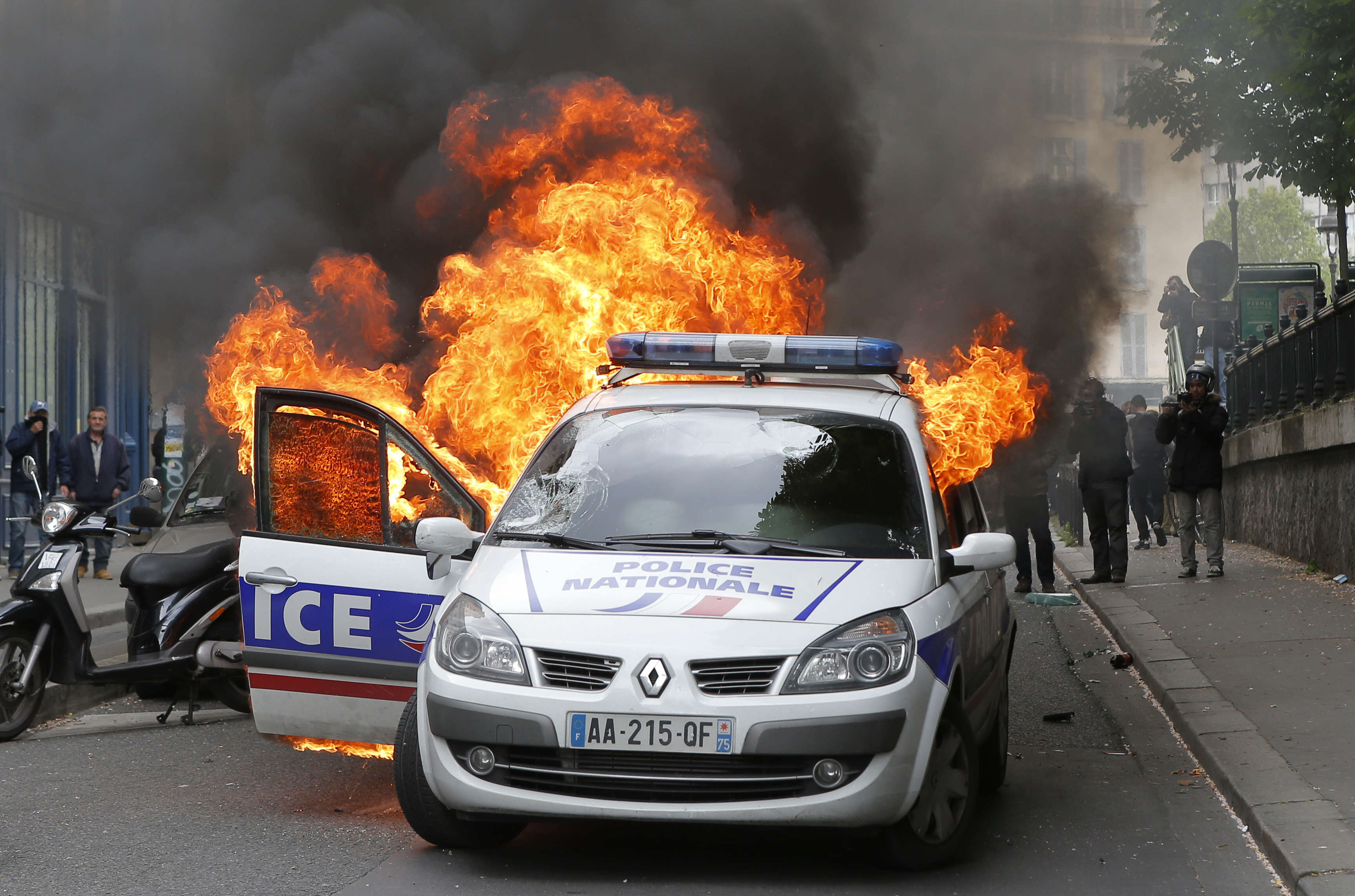 Dramatic Footage Shows Mob Torching Police Car With Officers Inside carfire2