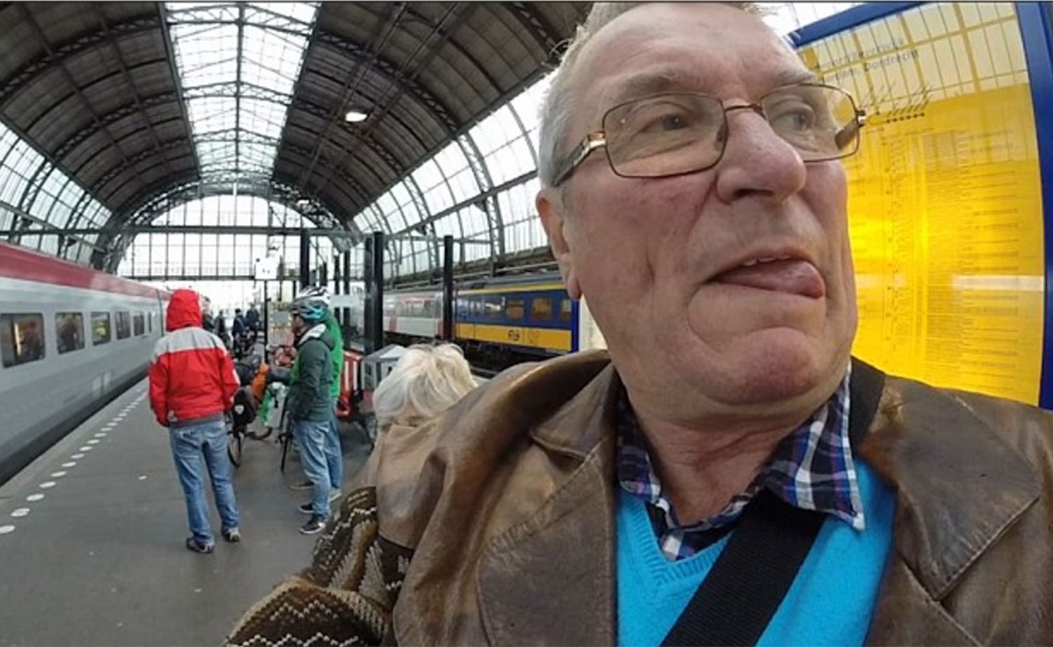 Dad Holds GoPro Backwards To Film Entire Holiday, Hilarity Ensues go2 2844451a