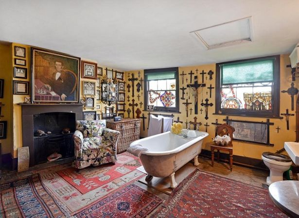 This Forgotten Mansion Is Up For Sale And Its Pretty F*cking Creepy house 3