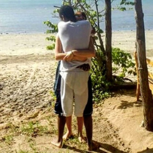 This Viral Photo Of Two People Hugging Is Driving The Internet Mad hug1