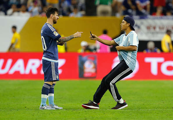 Lionel Messi Pitch Invader Live Tweets And Records Entire Thing Messi Invader Getty