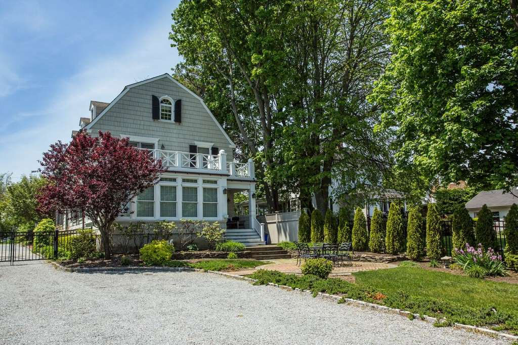 The Real Amityville Horror House Up For Sale, Take A Look Inside am5