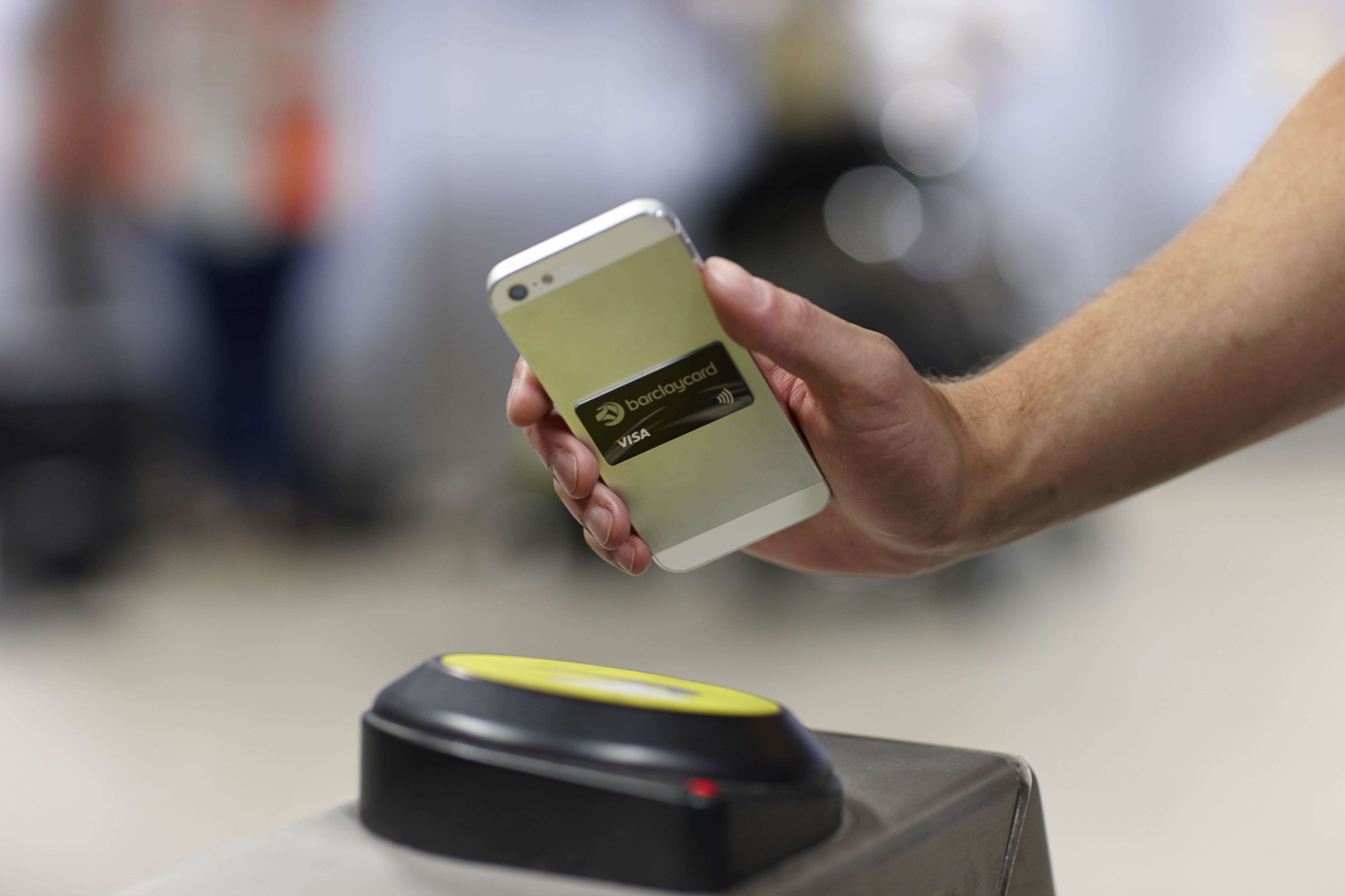 Criminals Can Now Steal Your Card Details Just By Standing Near You contactless3
