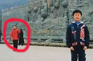 The Internet Is Losing Its Sh*t Over This Childhood Photo weibo 1 2