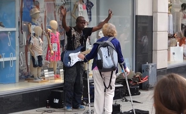 Brilliant Moment Crowd Shower Busker With Tips After Woman Kicks Off 3635624F00000578 3687132 image a 43 1468354762726