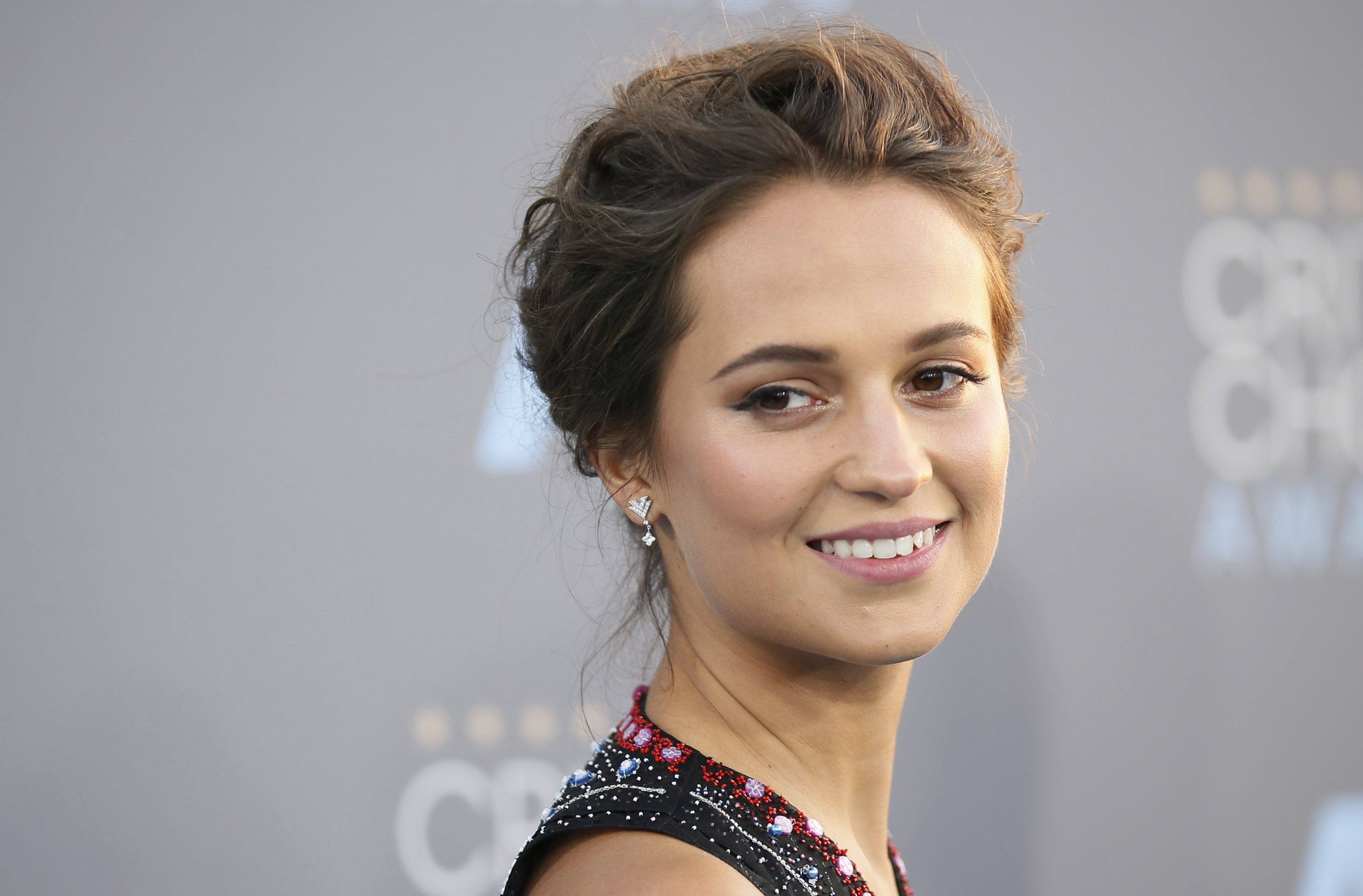 alicia-vikander-mary-katrantzou-at-2016-critics-choice-awards-3