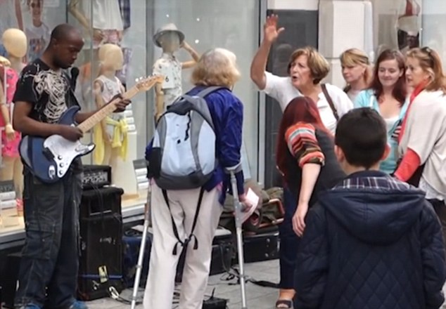 Brilliant Moment Crowd Shower Busker With Tips After Woman Kicks Off busker3