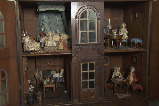 Antiques Roadshow Expert Goes Nuts For Super Rare Six Figure Find Dolls2