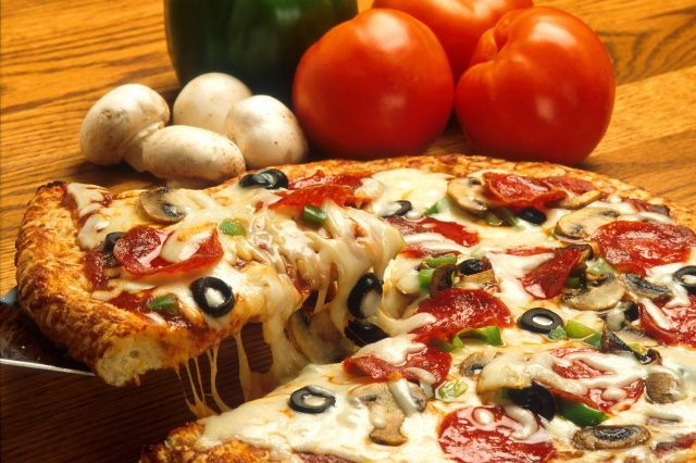 This Is How To Order The Most Pizza For The Least Money vegetables italian pizza restaurant 640x426