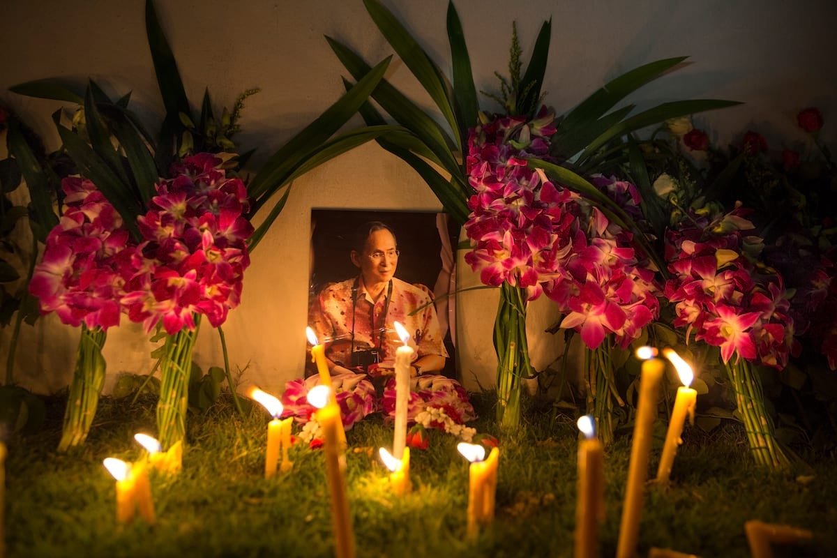 Heres How Thai Sex Workers Are Honouring Their Dead King 21358UNILAD imageoptim GettyImages 614900776