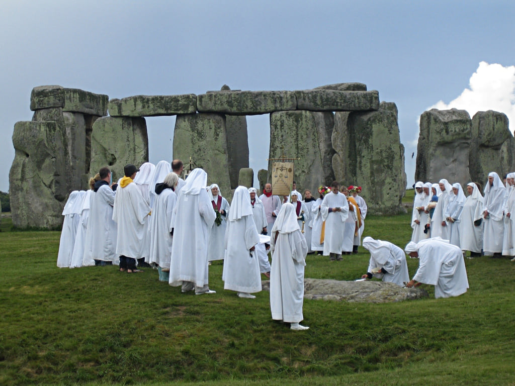 druids_celebrating_at_stonehenge_0-wikipedia