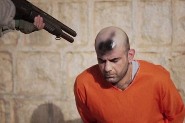 ISIS Spray Paint Target On Mans Head In Sick Execution Video 40636UNILAD imageoptim Graffiti being sprayed by an ISIS jihadi on a captive head 554496