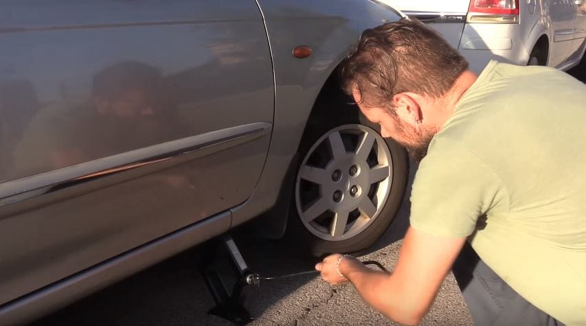 This Is How You Jump Start Your Car With Just A Rope 57930UNILAD imageoptim jack 1