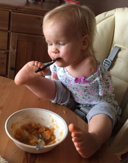 Little Girl With No Arms Teaches Herself How To Eat With Her Feet 9142UNILAD imageoptim vid 1