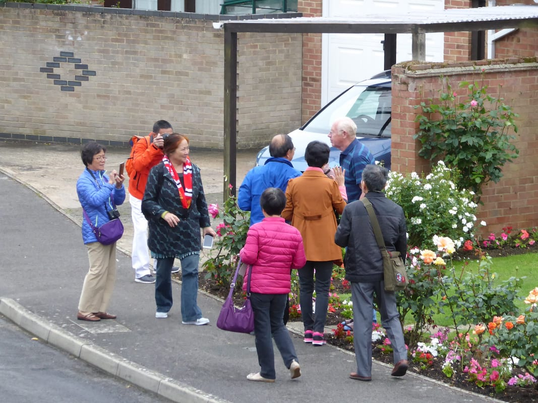 Mystery Of Why Chinese Tourists Flock To Quiet English Village Solved 36708UNILAD imageoptim SWNS CHINESE TOURISTS 019