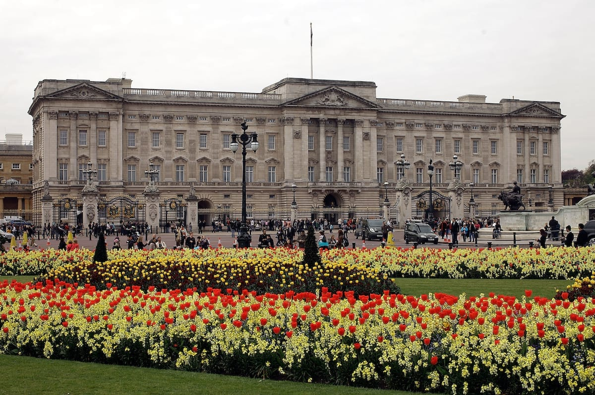 Heres How Much Money The Queen Has Given The Government 39777UNILAD imageoptim 42474UNILAD imageoptim palace1 1