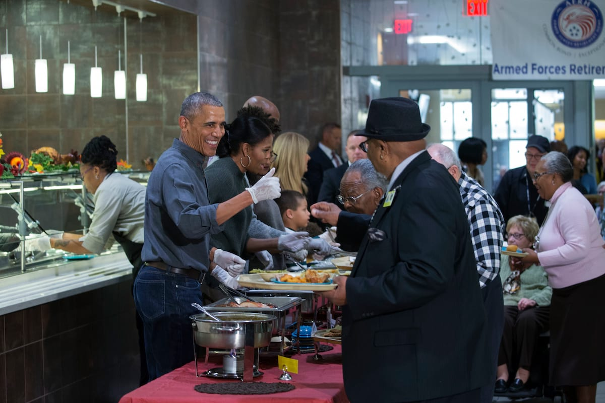 The Obamas Spend Thanksgiving Serving Food To Army Veterans 43770UNILAD imageoptim GettyImages 625363580