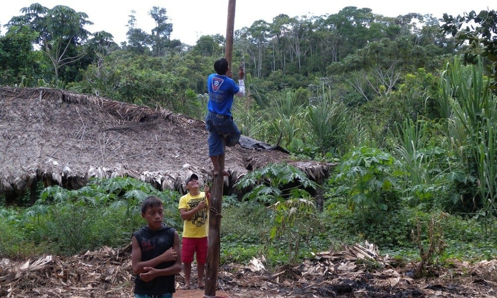 Amazon Tribe Stare In Amazement After Seeing Plane For The First Time 9010UNILAD imageoptim palimiu bcf269ef21