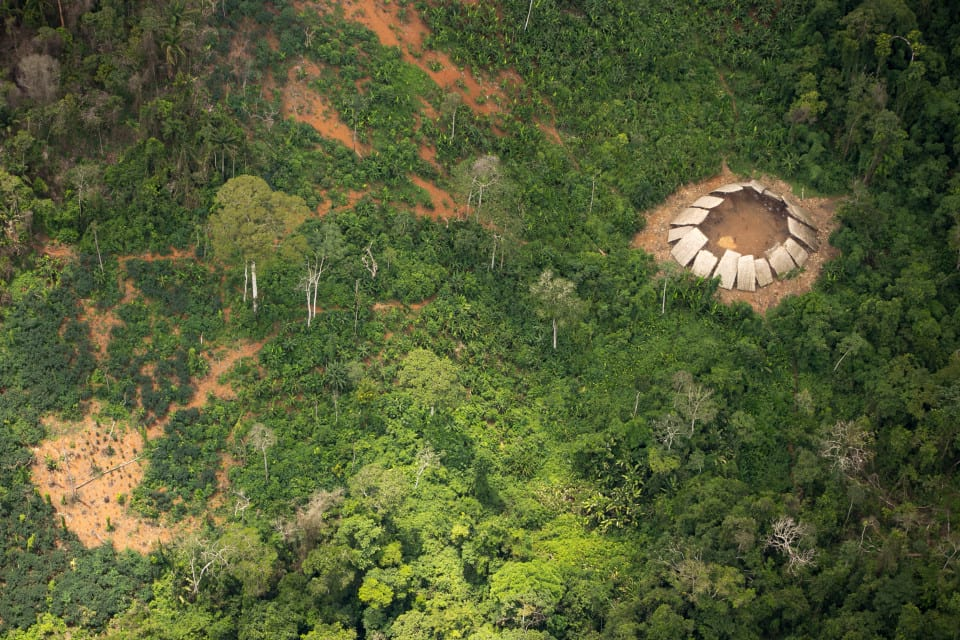 Amazon Tribe Stare In Amazement After Seeing Plane For The First Time 9079UNILAD imageoptim nintchdbpict000283112067