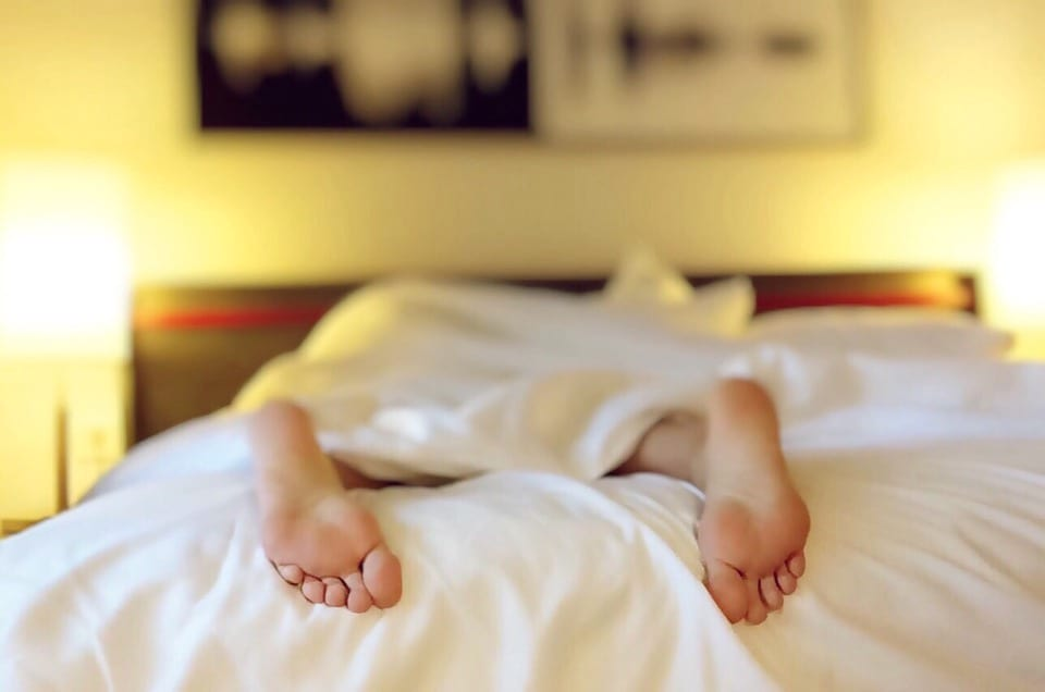 This Is The Exact Time You Should Go To Sleep If You Need To Wake Up At 7am 16808UNILAD imageoptim sleep foot bed