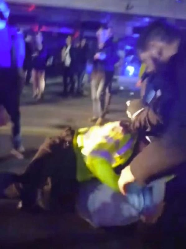 Cop Pins Suspect To Floor, Repeatedly Punches His Face 22884UNILAD imageoptim PAY police hit2