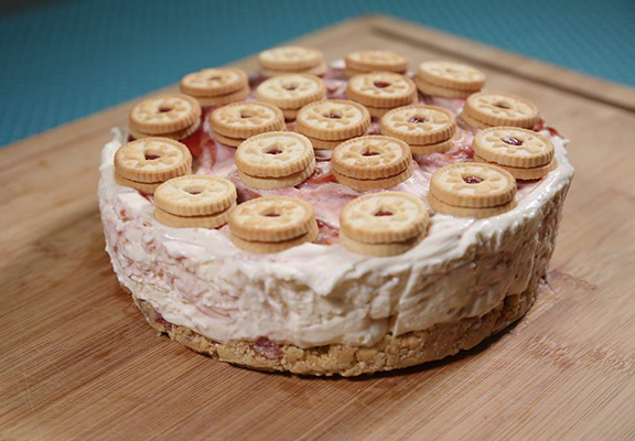 Here's How To Make Jammie Dodger Cheesecake