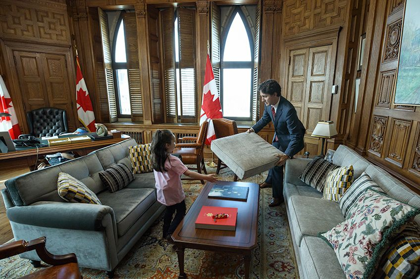Justin trudeau made a fort in his office with little girl - Office of prime minister uk ...