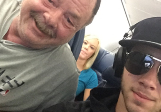 11e1ef0824016 Dad Goes Viral After Not Recognising Celebrity He Was Sat With On Flight