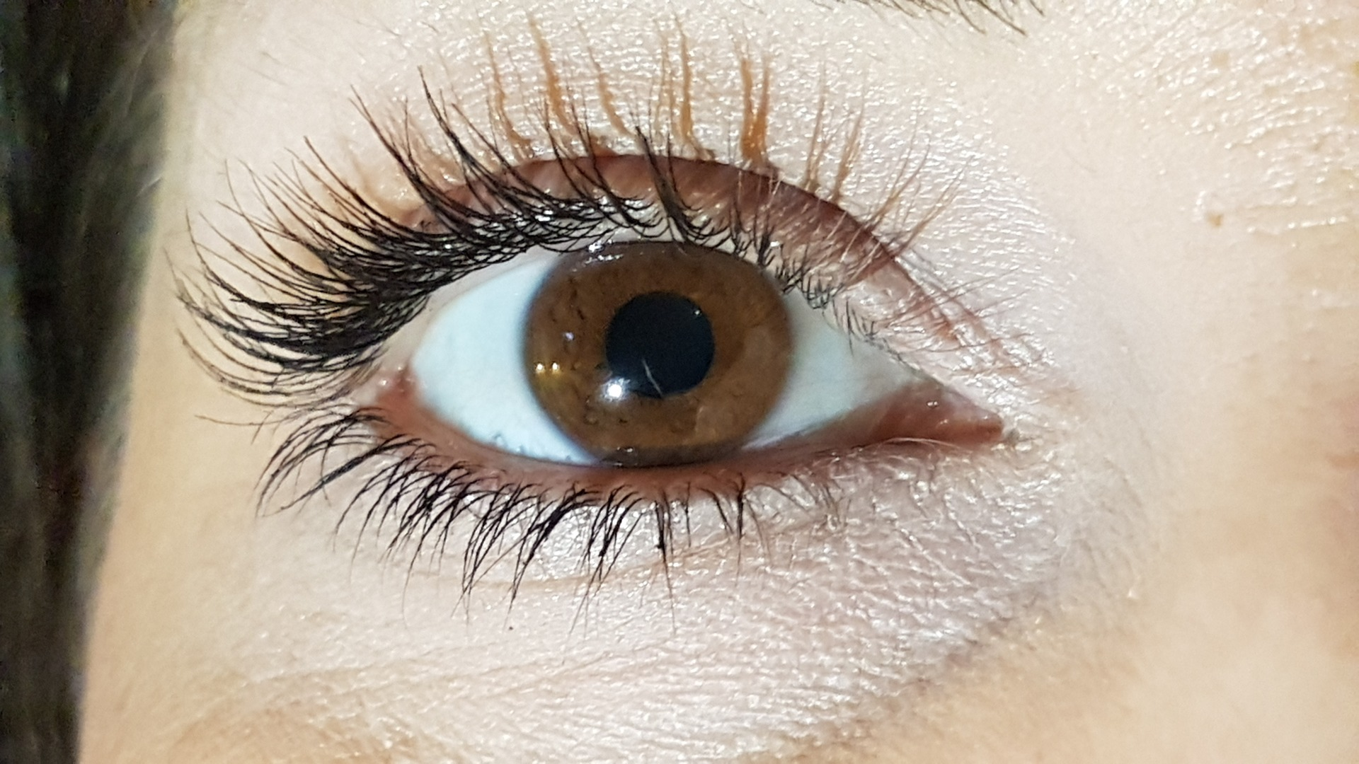 Womans Eyelashes Fall Out After Botched Extension Job Breaking