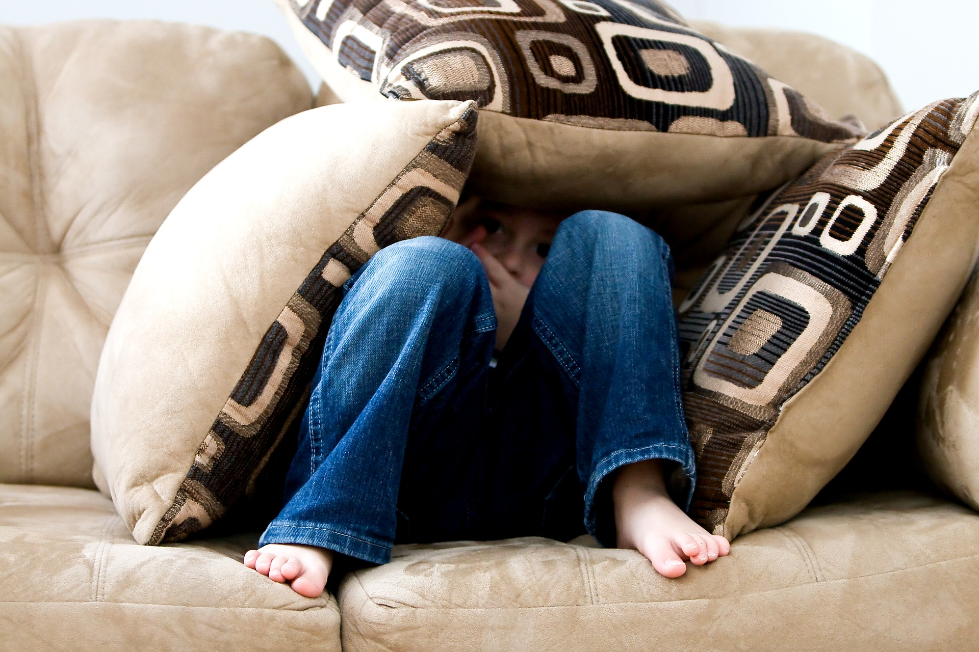 Average Brit Spent 40 Hours Sat On The Sofa At Christmas little boy 1635065 1920