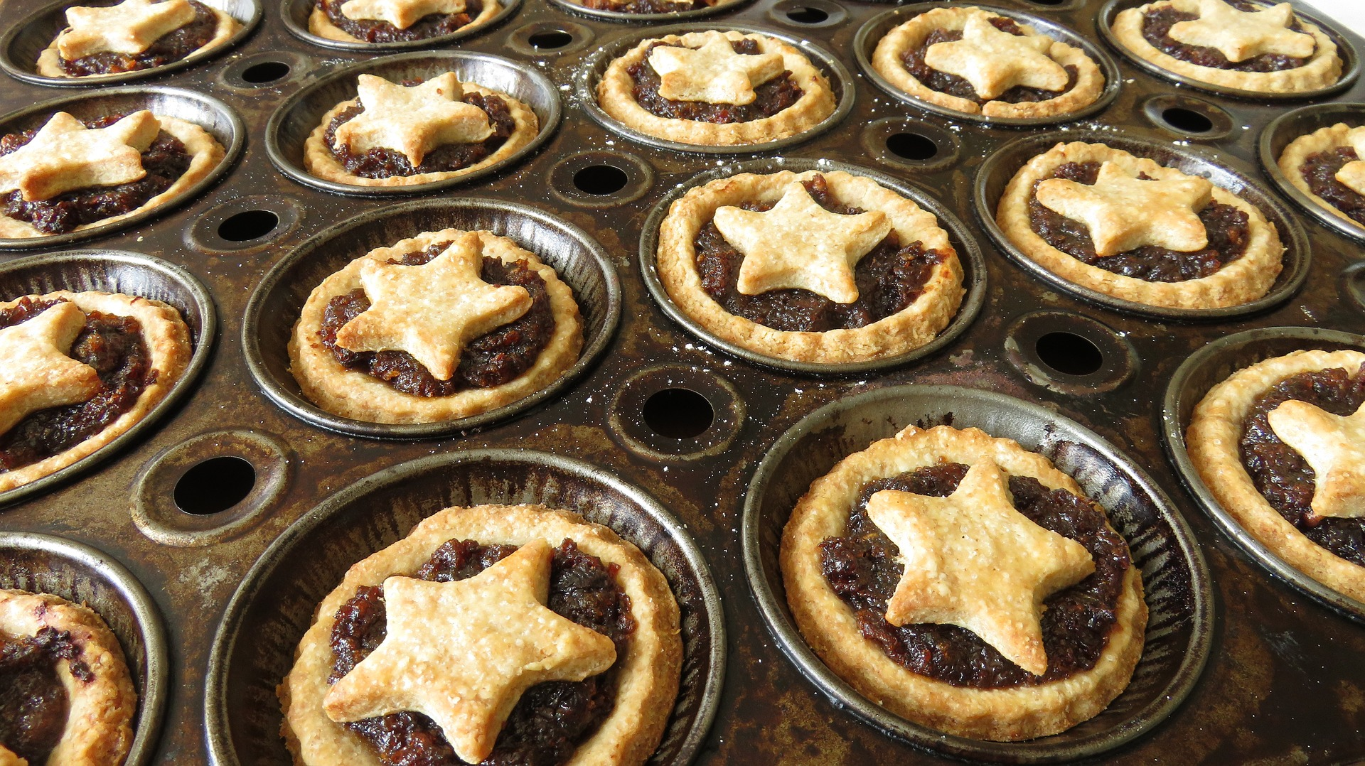 Couple Opening Shop On Xmas Day To Give Lonely People Hugs And Mince Pies mince pies 3023649 1920