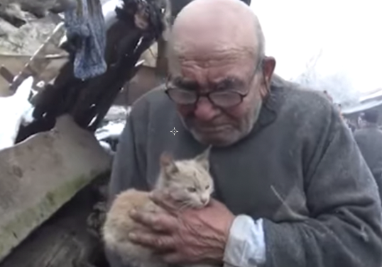 Heartbreaking Photo Shows Elderly Man Clutching Pet Cat After Fire Destroys His Home Screen Shot 2018 01 20 at 11.49.11