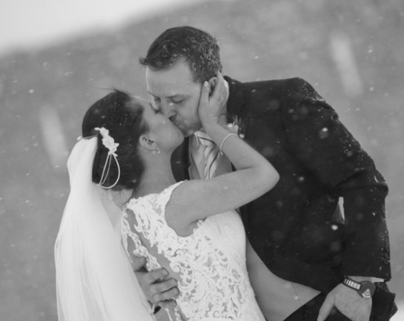 Couples Wedding Goes Ahead Despite Snow And Pictures Were Spectacular Screen Shot 2018 03 02 at 17.07.22 588x468