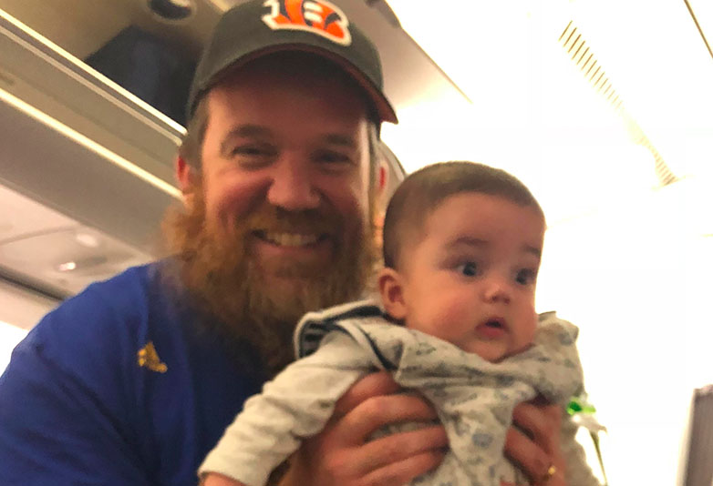 Man Hands Out Notes And Earplugs From His Baby Twins On Their First Flight Baby web