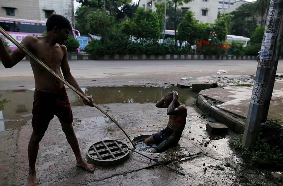 Sewer Cleaners Clear Out Blockages For £7.50 A Day In Bangladesh