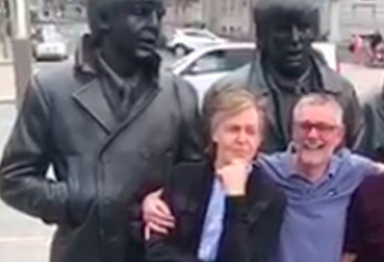 Fan Meets Paul McCartney Stood Under A Beatles Statue Beatle web