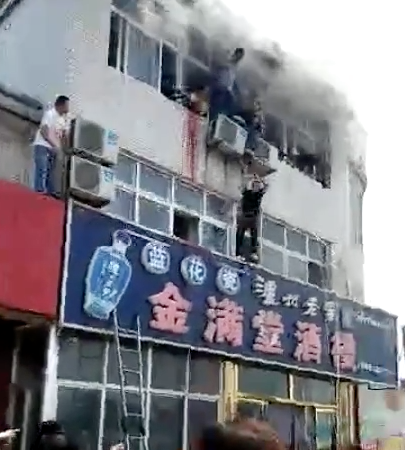 Pea seller saves diners from burning building.