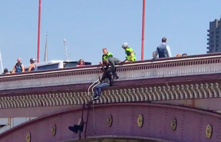 Two Heroes Talk Down Man Attempting To Jump From Bridge In London Screen Shot 2018 07 15 at 18.08.31