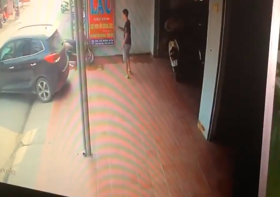 Woman Reverses Over Man Helping Her To Park Car Screen Shot 2018 07 28 at 18.35.48