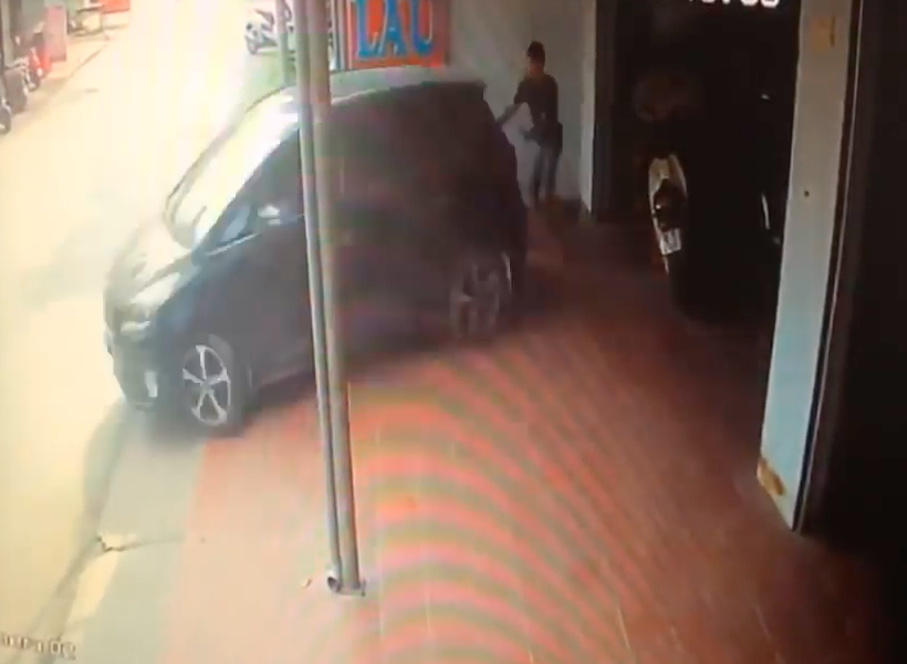 Woman Reverses Over Man Helping Her To Park Car Screen Shot 2018 07 28 at 18.36.04