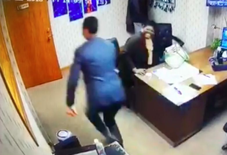 Guy Runs Out On Customer When He Hears World Cup Goal Worldcuprun web