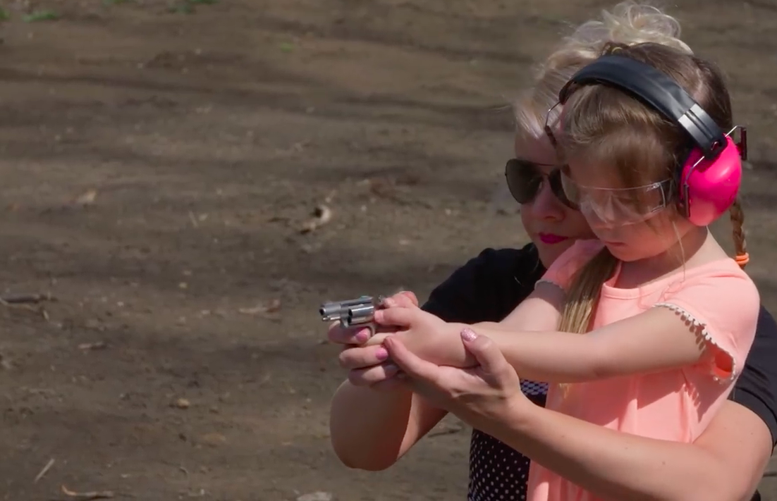 mum teaches kid to shoot