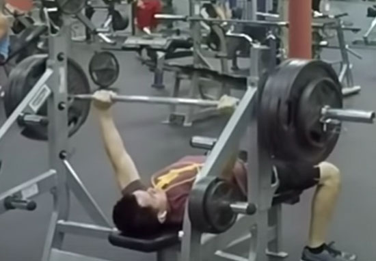 Ten Stone Lifter Bench Presses 165 Kilos And Other Gym Users Cant Believe It