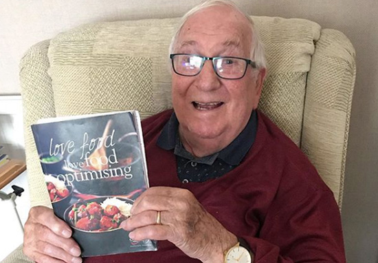 Man holds Slimming World book