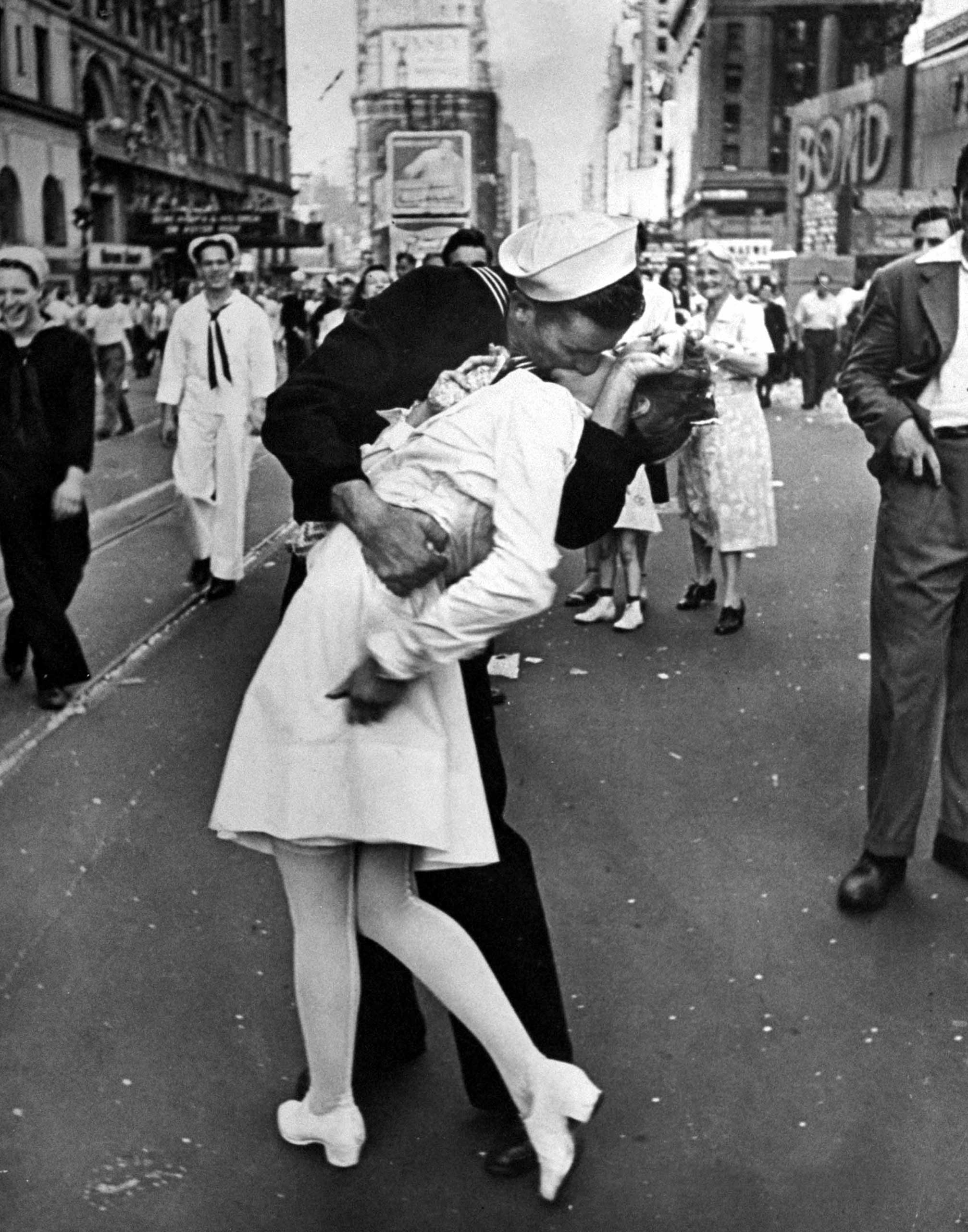 an iconic ww2 kiss photograph