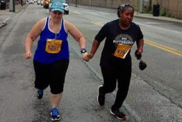 strangers hold hands to finish marathon together